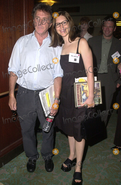 "Dustin Hoffman, Lisa Loeb Photo -  DUSTIN HOFFMAN and LISA LOEB at the 2nd Annual KOREH L.A. ""Read-In"" at the Los Angeles Public Library, 09-07-01"