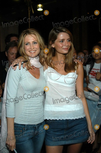 "Kelly Rowan, Mischa Barton Photo - Kelly Rowan and Mischa Barton at the cast of ""The O.C."" signs autographs for fans, Hermosa Beach Pier, Hermosa Beach Calif., 09-09-03"