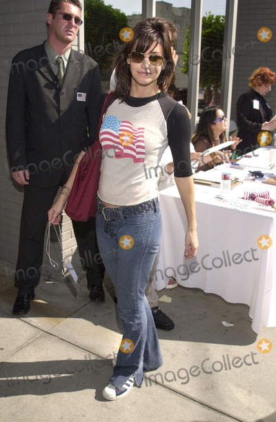 "Gina Gershon, 911, Tragedie Photo -  GINA GERSHON at the celebrity recording of ""We Are Family"" to benefit the victims of New York's 9-11 tragedy, 09-23-01"