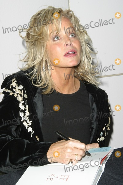 "Farrah Fawcett Photo - Farrah Fawcett makes a personal appearance at the Los Angeles County Museum of Art to sign copies of ""Keith Edmier and Farrah Fawcett 2000"" 12-05-02"