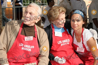 Anne Douglas, Kirk Douglas, Minnie Driver Photo - Kirk Douglas with Anne Douglas and Minnie Driver