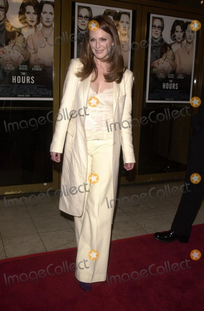 "Julianne Moore Photo - Julianne Moore at the premiere of Paramount's ""The Hours"" at Mann National Theater, Westwood, Ca, 12-18-02"