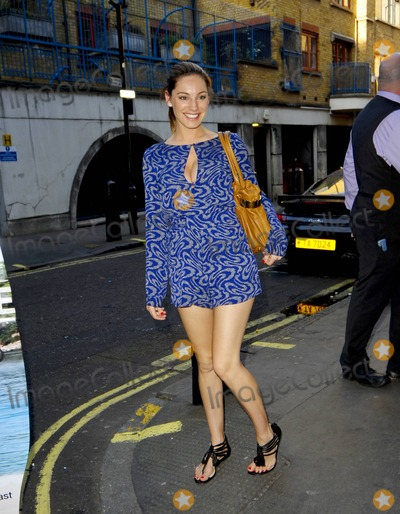 Kelly Brook, Thom Evans, KELLY BROOKE Photo - Pregnant Kelly Brook looks radiant in a bright blue patterned jumper as she leaves her hotel.  Brook is expecting with her boyfriend of five months, rugby player Thom Evans. London, UK. 04/08/11.