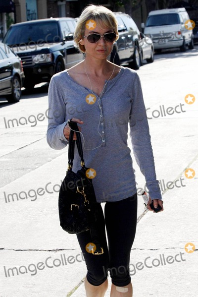 Renee Zellweger, Rene Zellweger Photo - Renee Zellweger steps out from her favorite salon following a beauty treatment. The dressed down also appeared to be listening to music and was sporting a band-aid on one knee. Los Angeles, CA. 8/25/10.