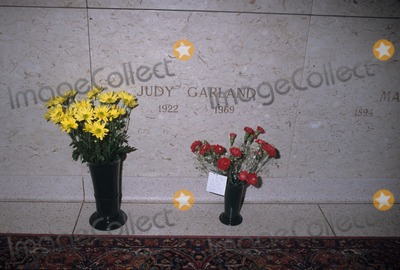 Judy Garland Photo - Judy Garland's Grave at Ferncliff Cemetery in Hartsdale , New York 1998 K12922hmc Photo by Henry Mcgee-Globe Photos, Inc.