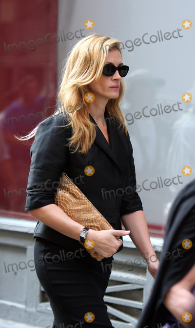 Julia Roberts Photo - Actress Julia Roberts was on set of the new movie 'Eat Pray Love' on August 20 2009 in New York City