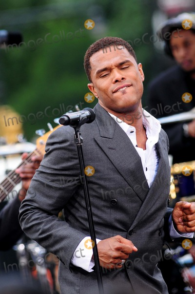 Maxwell Photo - Maxwell Performs on Cbs Early Show Summer Concert Series Gm Plaza, New York City 07-08-2009 Photo by Ken Babolcsay - Ipol-Globe Photos, Inc.