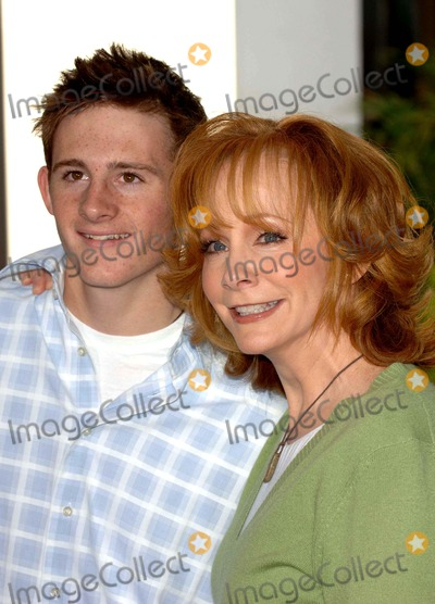 Reba McEntire Photo - Charlottes Web Premiere, Arlight Theatre Hollywood,ca.,12-10-06 Photo: David Longendyke-Globe Photos Inc.2006 Image: Reba Mcentire,son Shelby