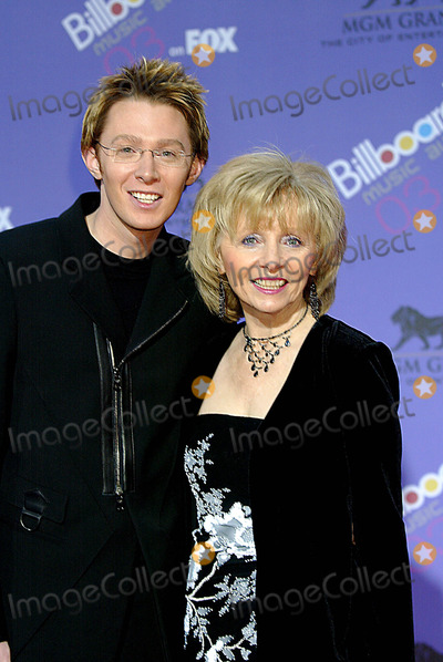 Clay Aiken Photo - Clay Aiken + Faye Parker (Mother) Billboard Music Awards Grand Arena, Mgm Grand Hotel/casino, Las Vegas, USA, 12/10/2003 Photo By:alec Michael/Globe Photos, Inc 2003