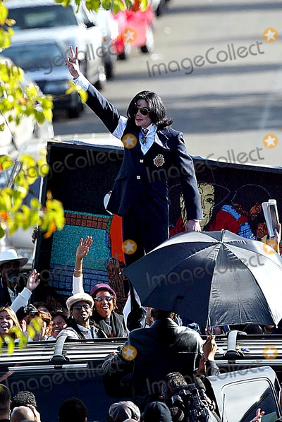 Michael Jackson Photo - MICHAEL JACKSON CLIMBS ONTO THE ROOF OF HIS SUV BEFORE LEAVING AND WAVES TO ALL THE FANS -