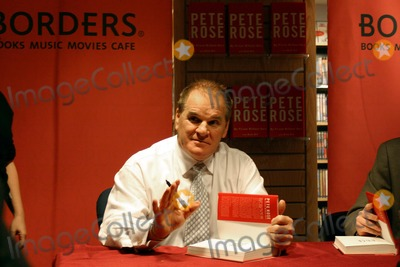 Pete Rose Photo - Pete Rose Signing Copies of His Book My Prison Without Bars at Borders on Broadway on Wall Street, New York City 01/09/2004 Photo by William Regan/Globe Photos Inc