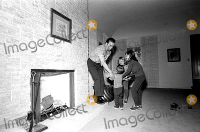 William Shatner Photo - William Shatner and Daughters, Leslie Carol (9), Lisabeth (6) and Melanie Ann (3) at Home in West Los Angeles 1967 #23941 W. a. Greenslade/Globe Photos, Inc. Williamshatnerretro