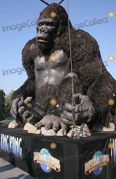 King Kong Photo - 6,000-lb, 20 Feet Tall King Kong Is Airlifted Into Theme Park at Universal Studios Hollywood in Universal City, CA. (12/14/05) Photo by Milan-Globe Photos, Inc.2005 King Kong