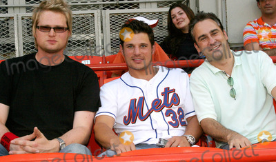 Nick Lachey, Queen Photo - Nick Lachey with Friends at the Milwaukee Vs NY Mets Game at Shea Stadium in Queens , New York City 8-3-2005 Photo By:barry Talesnick-ipol-Globe Photos