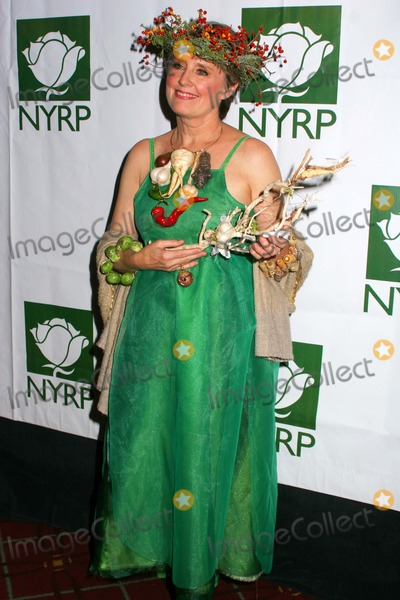 Alice Waters, Bette Midler Photo - Hulaween-bette Midler's NY Restoration Project Honors Chef Alice Waters at Benefit Gala the Waldorf Astoria Hotel, New York City 10-31-2008 Photo by Paul Schmulbach-Globe Photos, Inc. Alice Waters