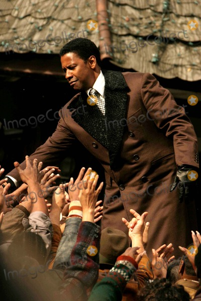 Denzel Washington Photo - Exclusive- on Movie Set''american Gangter;'' at E.105st and Lexington Ave. Denzel Washington Is Handing Out Turkeys From Back of a Truck in Movie Date 10-27-06 Photos by John Barrett-Globe Photos,inc Dezel Washington
