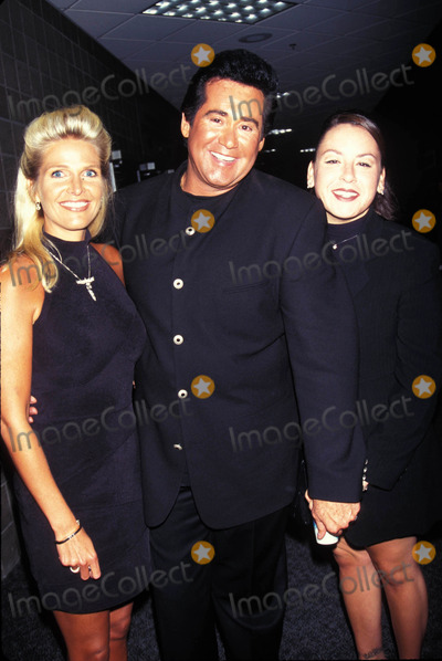Wayne Newton Photo - Wayne Newton with Wife Kathleen and Daughter Erin 09-07-1996 at the Tyson Vs Seldon Fight Photo by Kelly Jordan-Globe Photos