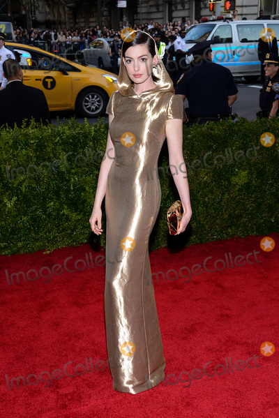 """Anne Hathaway, Christopher Smith, Ann Hathaway Photo - 04 May 2015 - New York, New York- Anne Hathaway. """"China: Through The Looking Glass"""" Costume Institute Gala at The Metropolitan Museum of Art. Photo Credit: Christopher Smith/AdMedia"""