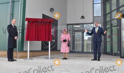 Elizabeth II, Prince, Prince William, Queen, Queen Elizabeth, Queen Elizabeth II, Queen Elizabeth\ Photo - 15 October 2020 - Queen Elizabeth II visits the Defence Science and Technology Laboratory (Dstl) at Porton Down science park near Salisbury, southern England. The Queen and the Duke of Cambridge visited the Defence Science and Technology Laboratory (Dstl) where they were to view displays of weaponry and tactics used in counter intelligence, a demonstration of a Forensic Explosives Investigation and meet staff who were involved in the Salisbury Novichok incident. Her Majesty and His Royal Highness also formally opened the new Energetics Analysis Centre. Photo Credit: ALPR/AdMedia