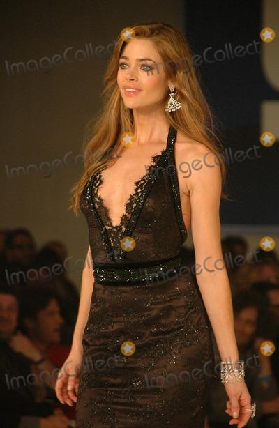 Denise Richards Photo - Denise Richardsinside at the 2006 GM TEN Fashion Show. Paramount Studios, Hollywood, CA. 02-20-07