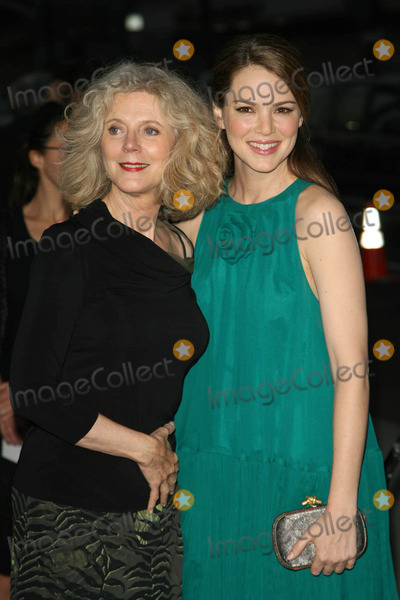 Blythe Danner, Jacinda Barrett, Kiss, BLYTH DANNER Photo - Blythe Danner and Jacinda Barrett