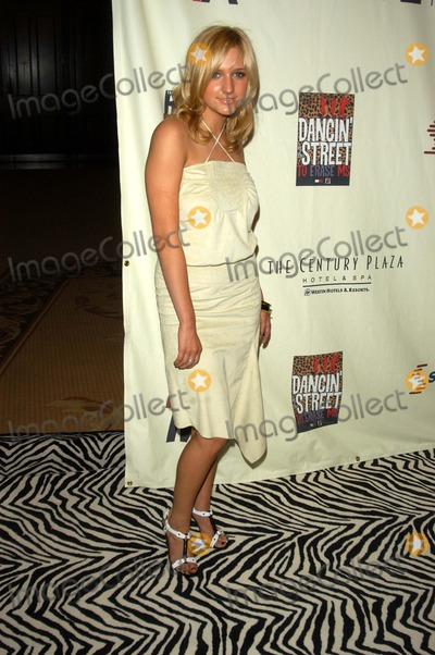 Ashlee Simpson Photo - Ashlee Simpson at the 10th Annual Race To Erase MS, Century Plaza Hotel, Century City, CA 05-09-03