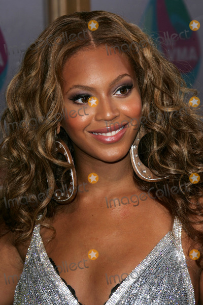 Beyonce, Beyonce Knowles Photo - Beyonce Knowles arriving at the 2005 MTV Video Music Awards. American Airlines Arena, Miami, FL. 08-28-05.