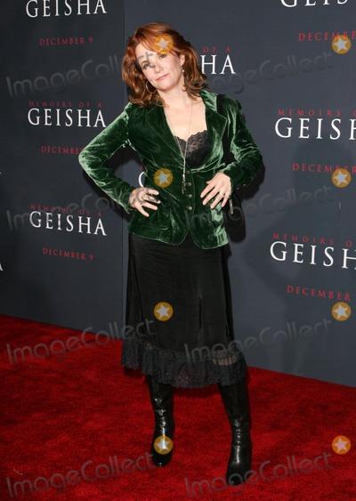 """Lea Thompson Photo - Lea Thompsonat the premiere of """"Memoirs Of A Geisha"""". Kodak Theatre, Hollywood, CA. 12-04-05"""