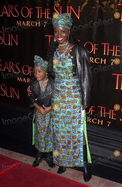 "Akosua Busia Photo - Akosua Busia and daughter Hadar Busia at the Columbia TriStar premiere of ""Tears Of The Sun"", Mann Village Theatre, Westwood, CA 03-03-03"