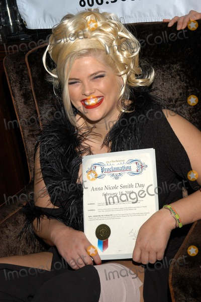 """Anna Nicole Smith, Queen Photo - Anna Nicole Smith receives a proclamation rom the City of West Hollywood declaring it """"Anna Nicole Smith Day"""""""