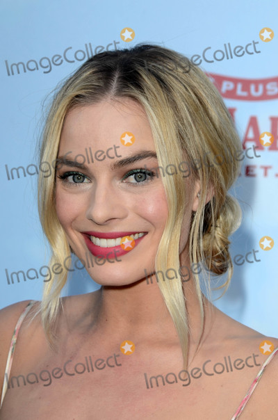 """Margot Robbie, Peter Rabbit Photo - Margot Robbie at the """"Peter Rabbit"""" Premiere, Pacific Theaters at The Grove, Los Angeles, CA 02-03-18"""