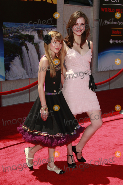 """Bella Thorne, Kaili Thorne Photo - Bella Thorne and Kaili Thorne at the unvieling of his new Whalescape at the """"Earth"""" World Premiereat the El Capitan TheatreApril 18, 2009 - Hollywood, California"""
