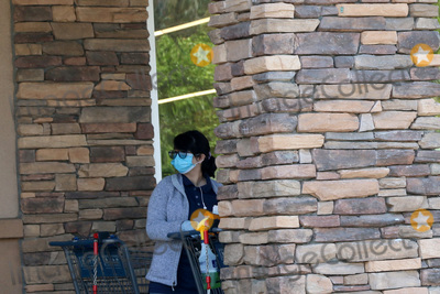 San Bernardino Photo - LOS ANGELES - APR 11:  Aldi employee cleaning carts at the Businesses reacting to COVID-19 at the Hospitality Lane on April 11, 2020 in San Bernardino, CA