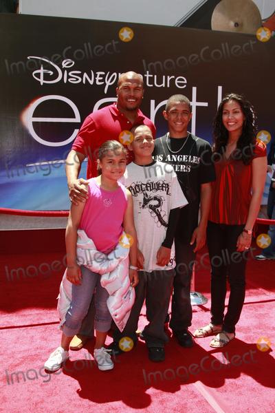 "Antonio Pierce Photo - Antonio Pierce and family arriving ""Earth"" World Premiereat the El Capitan TheatreApril 18, 2009 - Hollywood, California"