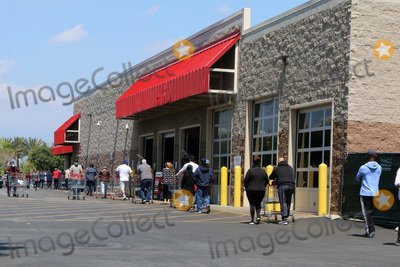 San Bernardino Photo - LOS ANGELES - APR 11:  Costco Line to get into store with social distancing at the Businesses reacting to COVID-19 at the Hospitality Lane on April 11, 2020 in San Bernardino, CA