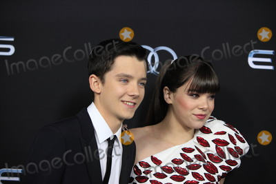 """Hailee Steinfeld, Asa Butterfield Photo - LOS ANGELES - OCT 28:  Asa Butterfield, Hailee Steinfeld at the """"Ender's Game"""" Los Angeles Premiere at TCL Chinese Theater on October 28, 2013 in Los Angeles, CA"""