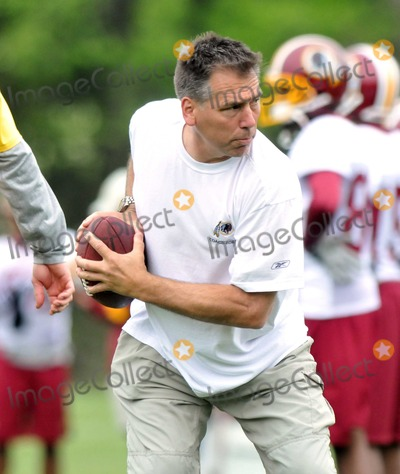 Photo - Ashburn, VA - May 2, 2009 -- Head Coach Jim Zorn instructs his quarterbacks in technique during the 2009 Washington Redskins mini-camp at Redskins ParkDigital Photo by Ron Sachs-CNP-PHOTOlink.net