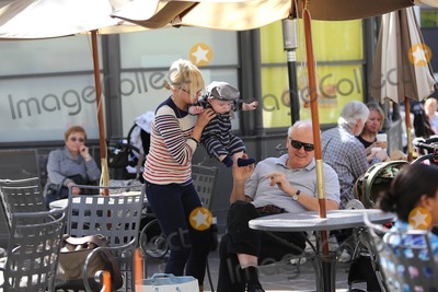 Anna Faris Photo - Photo by: VP/starmaxinc.com2013ALL RIGHTS RESERVEDTelephone/Fax: (212) 995-11962/15/13Anna Faris and family out and about.(CA)
