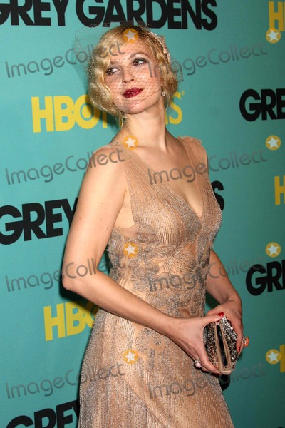 """Drew Barrymore Photo - Drew Barrymore Arriving at the Premiere of Hbo Films' """"Grey Gardens"""" at the Ziegfeld Theater in New York City on 04-14-2009. Photo by Henry Mcgee-Globe Photos, Inc. 2009."""