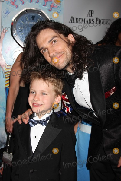 """Will Swenson Photo - NYC  06/07/09Will Swenson (Best Performance by a Featured Actor in a Musicalfor """"Hair"""") with son at the 63rd Annual Tony Awards at Radio City Music Hall Digital Photo by Adam Nemser-PHOTOlink.net"""