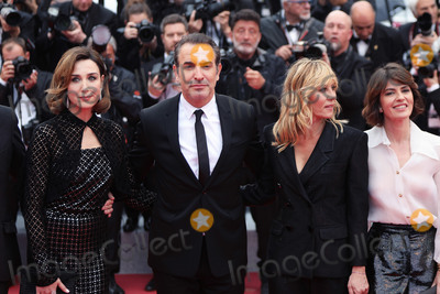 "Jean Dujardin Photo - CANNES, FRANCE - MAY 18: Elsa Zilberstein, Jean Dujardin and Mathilde Seignier attend the screening of ""Les Plus Belles Annees D'Une Vie"" during the 72nd annual Cannes Film Festival on May 18, 2019 in Cannes, France.