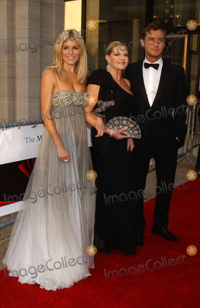 Sienna Miller, Josephine Miller, Jude Law Photo - Jude Law, Sienna and Josephine Miller attend the opening of Lincoln Center Metropolitan Opera 2006-2007 season.