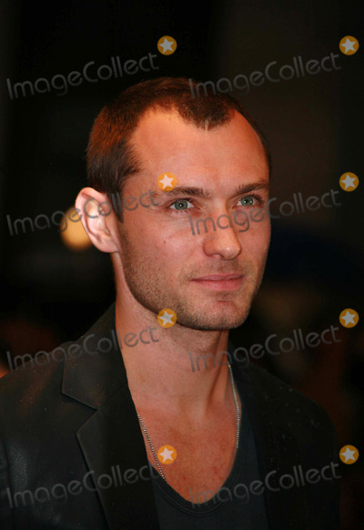Jude Law Photo - Jude Law arriving at the UK film premiere of 'Sleuth', at the Odeon West End cinema