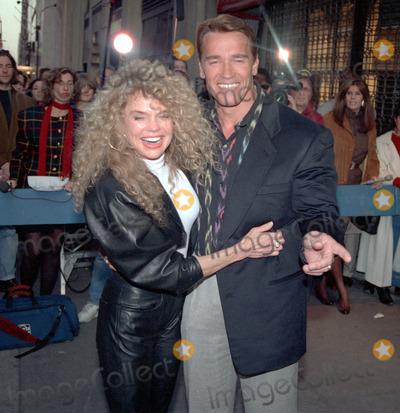 ARNOLD SCHWARZENEGER Photo - NEW YORK CIRCA 1995: DYAN CARROLL, ARNOLD SCHWARZENEGER