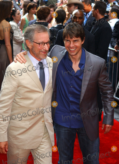 Steven Spielberg, Tom Cruise Photo - NEW YORK, JUNE 32, 2005    Tom Cruise and Steven Spielberg taking pictures at the premiere of War of the Worlds at the Ziegfeld Theater in New York.