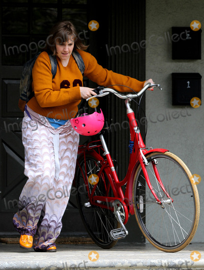 Lena Dunham Photo - May 1 2014, New York City  Actress and Director Lena Dunham shoots scenes for her TV show 'Girls' in Brooklyn on May 1 2014 in New York City