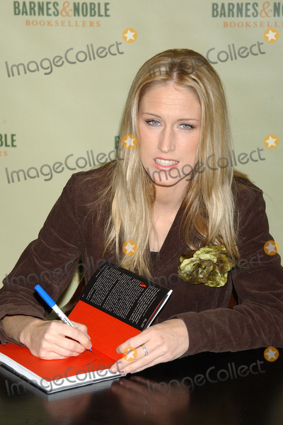 AMBER FREY Photo - NEW YORK, JANUARY 10, 2005    Amber Frey at the Barnes & Noble signing of 'Witness: For the Prosecution of Scott Peterson.'