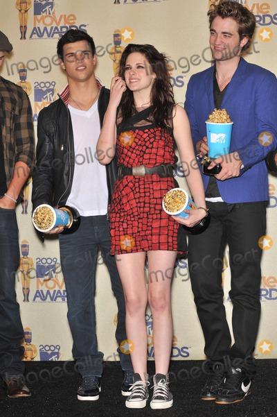 Kristen Stewart, Robert Pattinson, Taylor Lautner Photo - Twilight stars Taylor Lautner (left), Kristen Stewart & Robert Pattinson at the 2009 MTV Movie Awards at Universal Studios Hollywood.May 31, 2009  Los Angeles, CAPicture: Paul Smith / Featureflash
