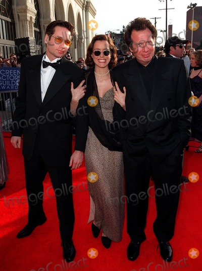 "David Duchovny, Garry Shandling, Tea Leoni Photo - 08MAR98:  ""X-Files"" star DAVID DUCHOVNY & wife TEA LEONI with actor GARRY SHANDLING (right) at the Screen Actors Guild Awards in Los Angeles."
