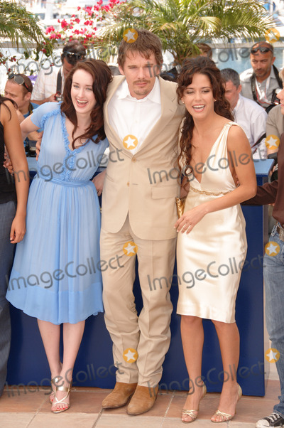 """Ana Claudia, Ana Claudia Talancon, Ashley Johnson, Ethan Hawke Photo - Actor ETHAN HAWKE & actresses ASHLEY JOHNSON (left) & ANA CLAUDIA TALANCON at the photocall for """"Fast Food Nation"""" at the 59th Annual International Film Festival de Cannes.May 17, 2006  Cannes, France. 2006 Paul Smith / Featureflash"""